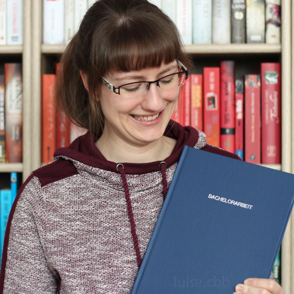 Glückliche Luise mit fertiger Bachelorarbeit